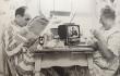 """Pieza publicitaria de 1967 donde Sony anuncia su nuevo televisor de 8"""" con silenciador y auriculares."""